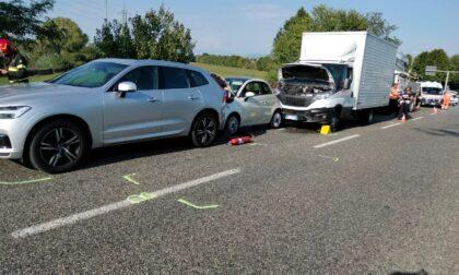 Maxi tamponamento anche con mezzi pesanti: otto coinvolti e quattro feriti