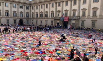 """Migliaia di coperte fatte a mano per dire """"no"""" alla violenza sulle donne"""